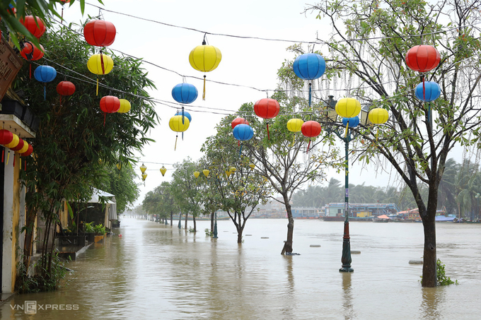 Bach Dang Street in Hoi An is 50 cm flooded on November 30, 2020. Photo by VnExpress/Dac Thanh.