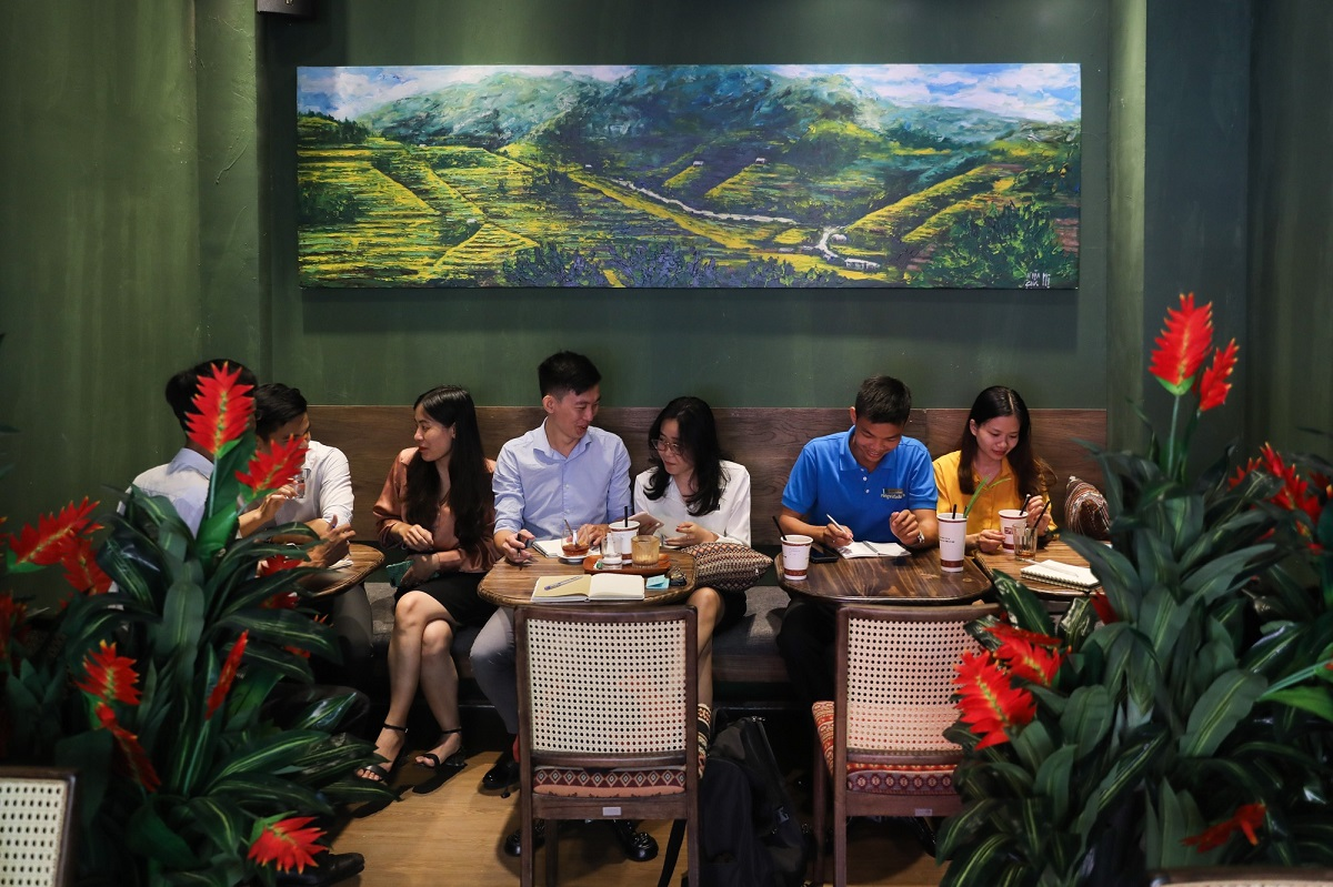 A painting of a majestic mountain range in the region adorns one of the walls. Pots of brilliant vermillion crane flowers give the cafe an extra touch of the mountains.