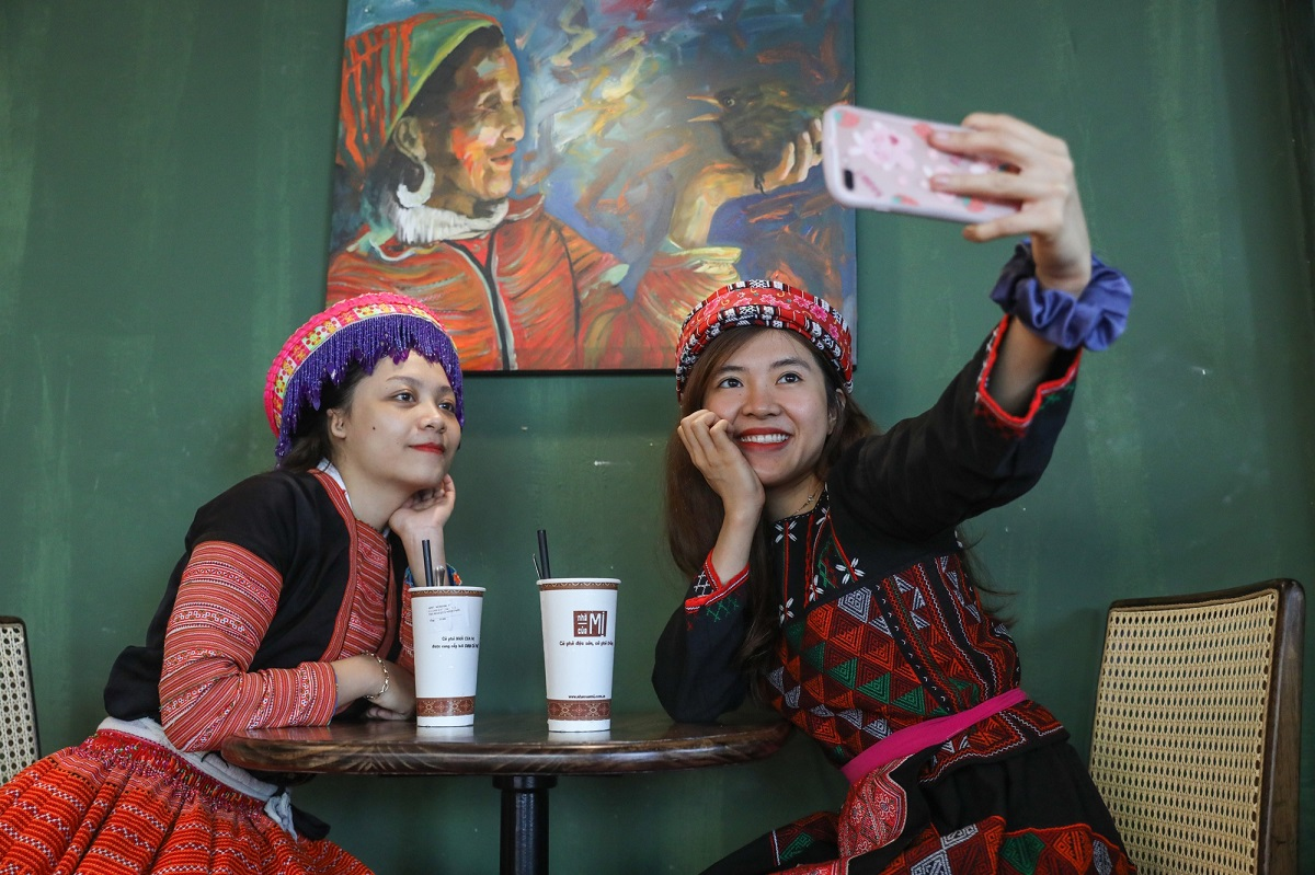 Another fun feature is that guests can borrow ethnic costumes for free to take pictures. Thanh Tu, 25, of Phu Nhuan District is all smiles in a Xa Pho garment and accessories as she takes a selfie with a friend who opted for a Hmong costume.She says: I really like the cafe for its tranquil ambiance and northwest-inspired décor. I am most impressed by the beautiful paintings which look simple yet sincere (when is a painting 'sincere'? J).