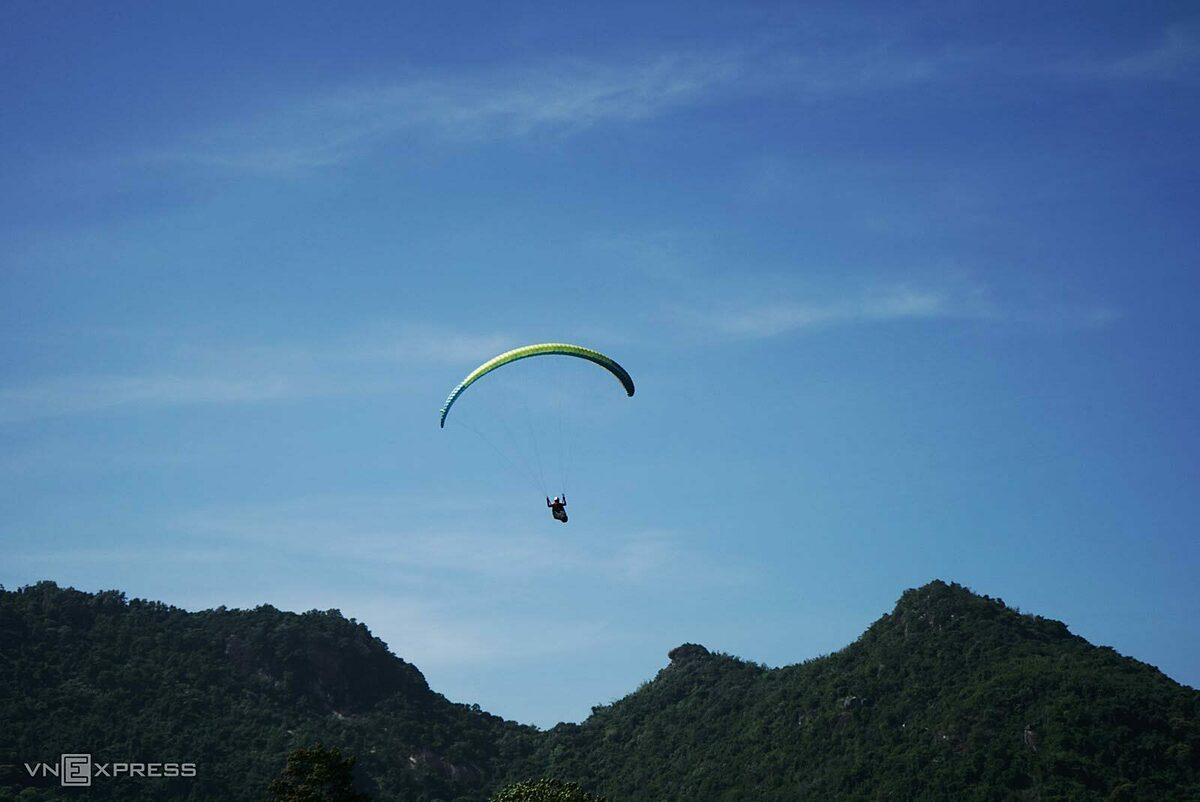 In addition to the bull race, visitors can also see paragliding performances of nearly 90 pilots from Hanoi, Da Nang, Nha Trang, and Ho Chi Minh City. The pilots departed from Co To, or known as Phung Hoang Son Mountain and flew over Ta Pa rice field  before landing in the bull racing field.Tran Minh Giang, vice chairman of Tri Ton District, said that this was the first time paragliding was held in Tri Ton district and the Mekong Delta region and this sport is suitable for the natural conditions of the district.
