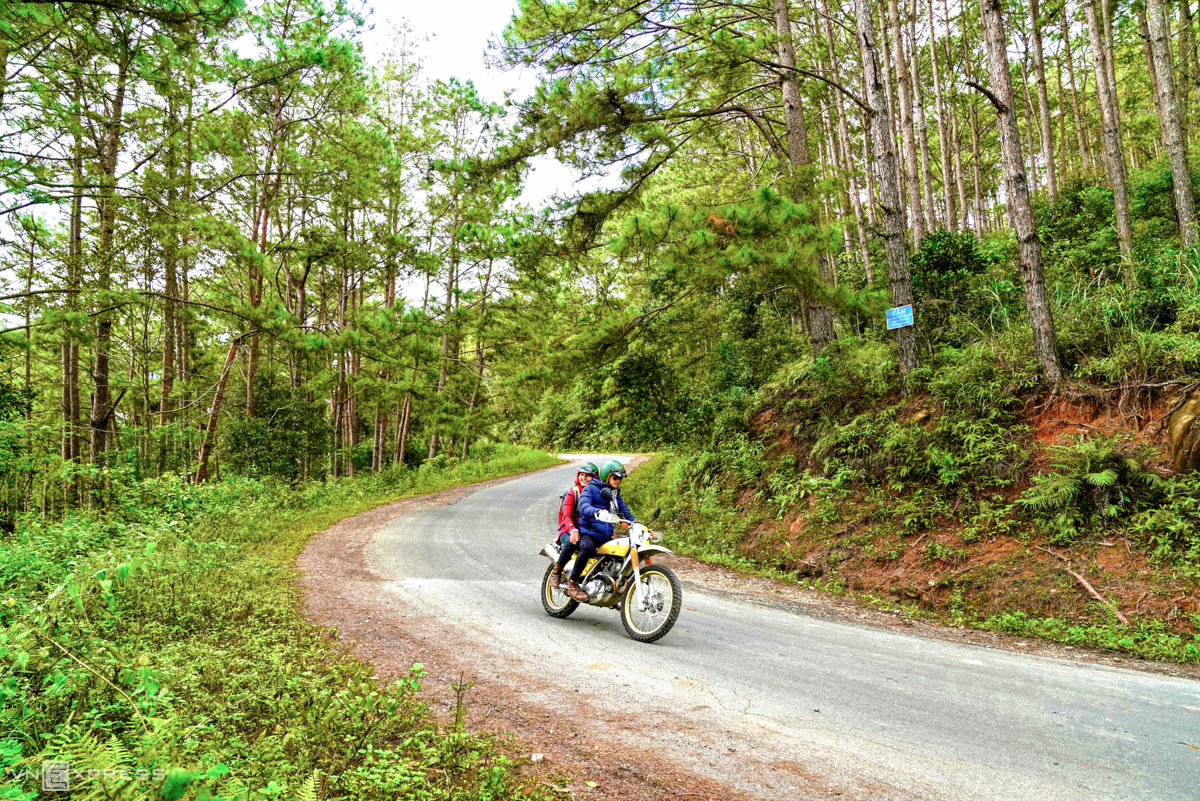 Coming to Mang Den, visitors can experience the feeling of swaying through mountainous passes and beautiful valleys on the mountain top or  walk through roads with pine trees that makes Mang Den like the second Da Lat, a famous resort town in Lam Dong Province, known for its consistent cool climate and French heritages. Visitors could rent a motorbike at VND150,000 ($6.5) per day.