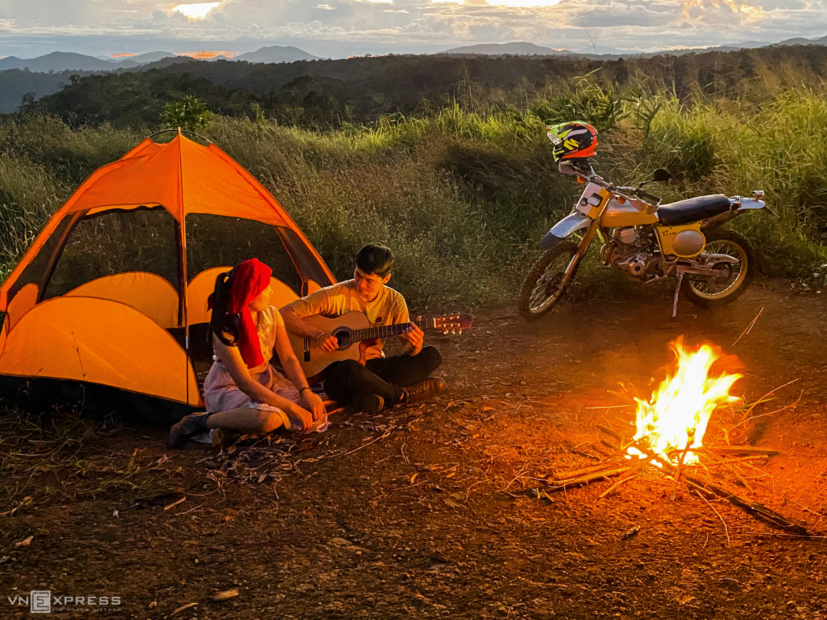 A couple pitch a tent to experience local lifestyle in Mang Den.