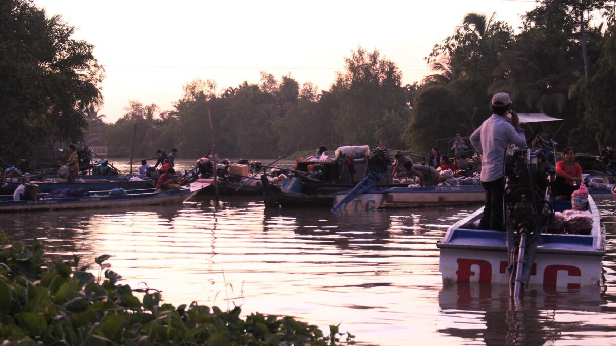 A morning at Phong Dien floating market