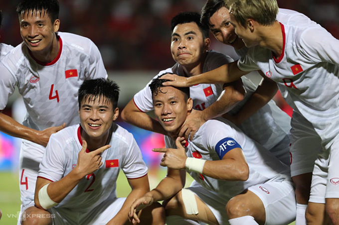 Vietnam national football team celebrate after beating Indonesia in World Cup 2022 Asian qualifiers on October 15, 2019. Photo by VnExpress/Duc Dong.