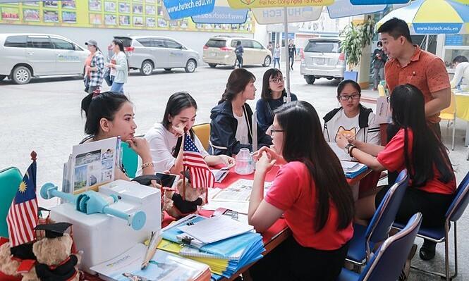 HCMC flight attendant eats out, attends university during Covid-19 self-quarantine
