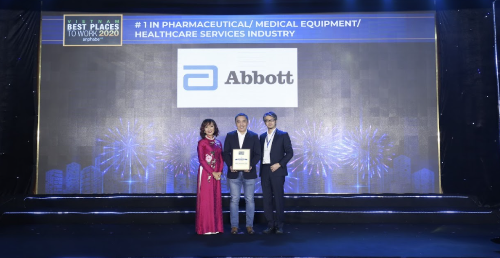 Douglas Kuo (C), General Manager of Abbott in Vietnam, receives the award. Photo by Abbott.