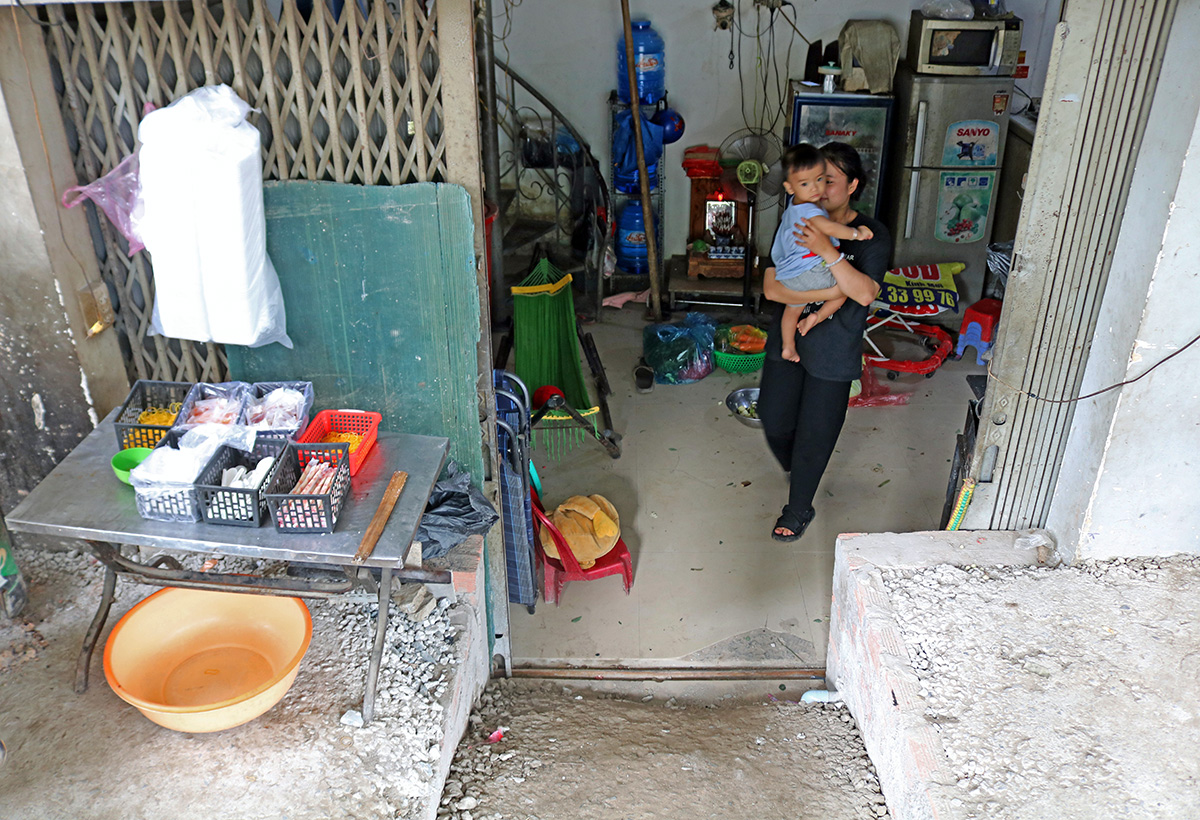 The house owned by resident Nguyen Thi Bich Phuong on Nguyen Huu Canh Street is now half a meter lower than the streets surface. Photo by VnExpress/Gia Minh