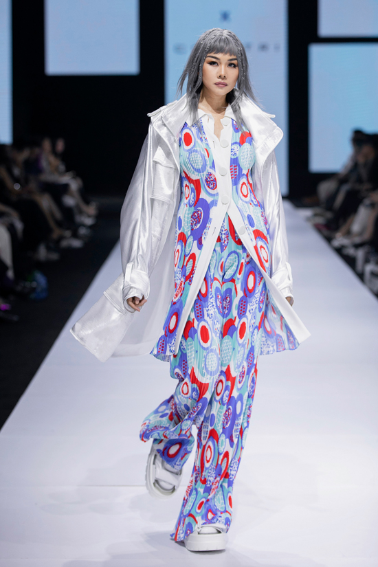 Oversized outfits and relaxed pants, popular items in the 90s, return to the runway.
