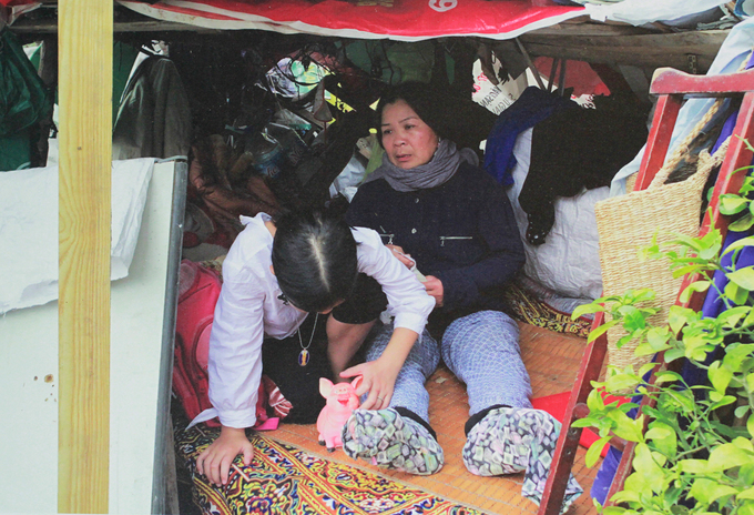 Thuy and her grandmother living in a temporary hut on the street. Photo courtesy of Vietnamese Womens Museum.