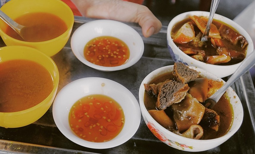 Bowls of Oanhs pha lau. Photo by VnExpress/Di Vy.