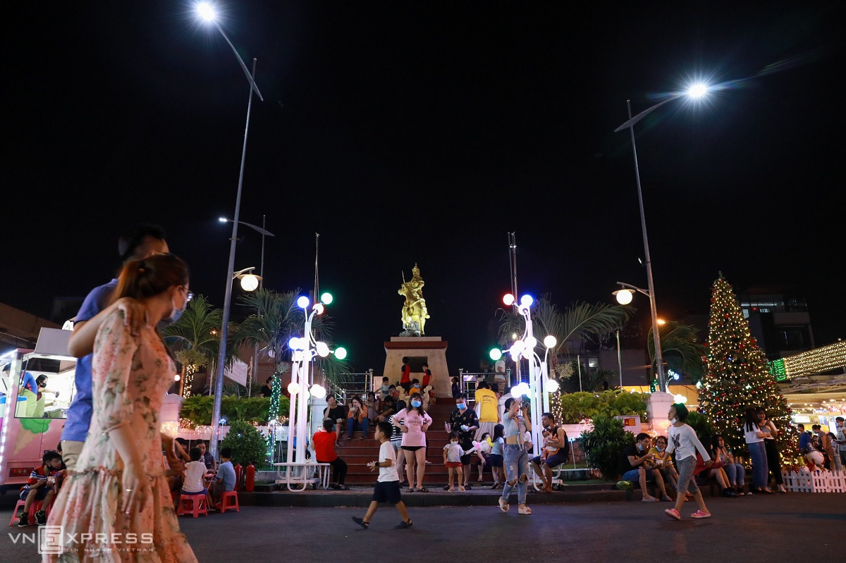 The area surrounding the Quang Trung statue, center of the pedestrian street, is decorated with lights and Christmas trees.