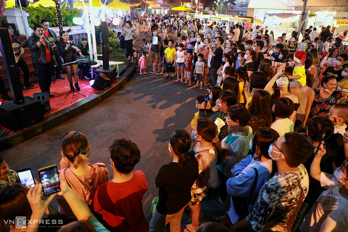Large numbers of pedestrians gather to watch music performances, which will be held on two weekend days. The management board of the pedestrian street said in the near future, it will bring art activities such as calligraphy drawing and toy figure molding to serve visitors.