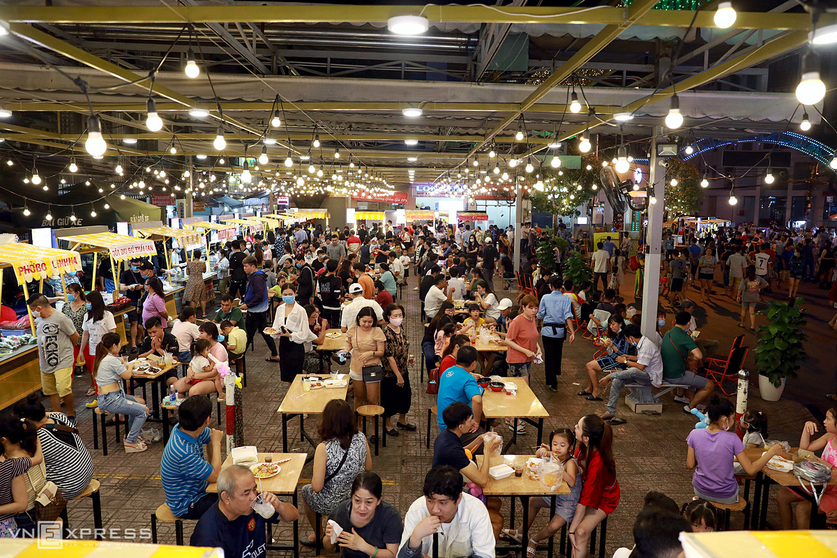 The pedestrian zone also features a food court with 30 stalls, mainly selling drinks and fast food. Tables and chairs are arranged at a distance of 1.5 meters to ensure safety for people amid complicated situation of Covid-19 pandemic.