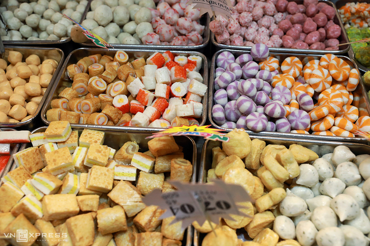 Fast-food, including fish balls and meat balls are sold at VND10,000 to VND50,000 a portion.