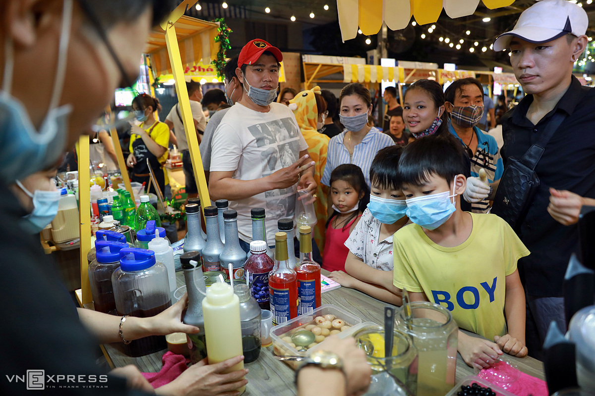 Soft drinks are arranged in separate zones and customers are asked to queue up. No stalls are allowed to sell alcohol beverages so as to avoid the risk of causing any public disorder.