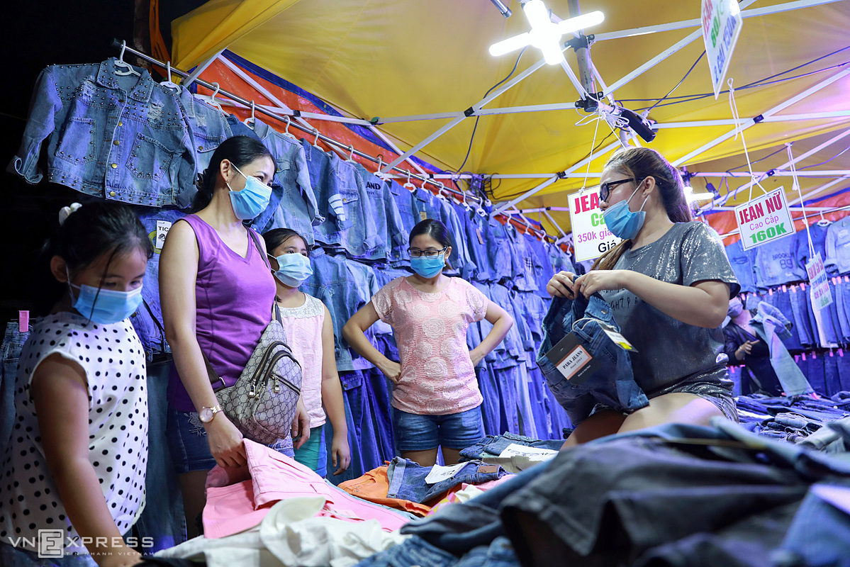 Khanh in District 10 and her children choose to buy clothes at a stall on the walking street.There are 20 stalls selling clothes, fashion accessories and souvenirs in the area.