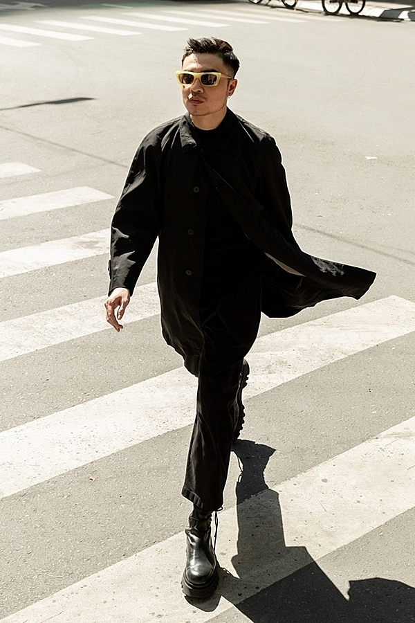 Another fashionisto dresses in black. Head-to-toe black outfits have ruled many streets across the world.