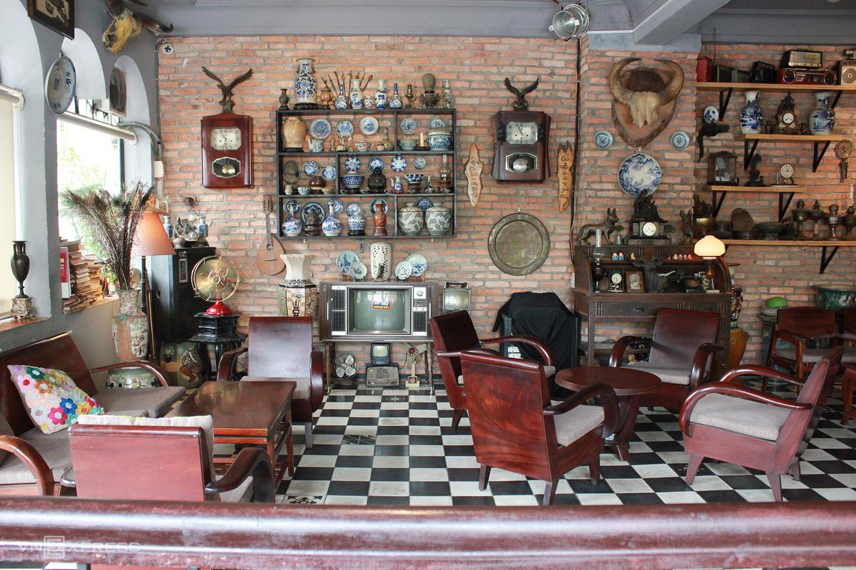 Saigon cafe invokes antique magnetism