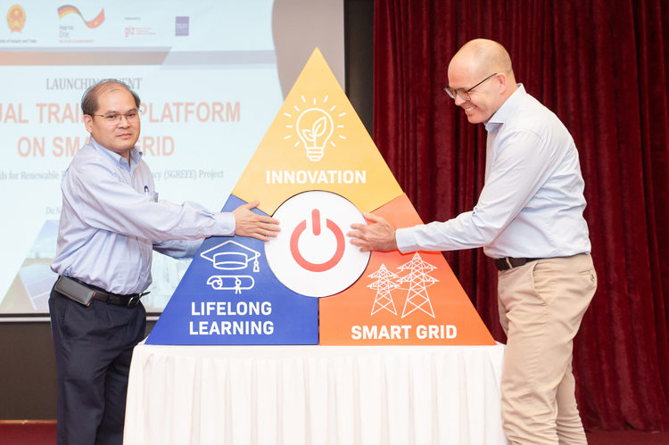 Representatives of ERAV (left) and GIZ launched the e-learning platform.