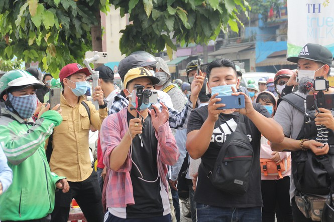A crowd of people holding phones and cameras outside Saigons forensic center to to live-stream and take photos on December 9, 2020. Photo by Tien Phong Newspaper.