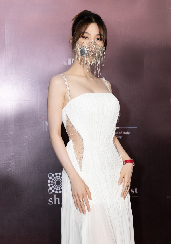 In another show, My opts for a clear masks with stones and combine it with her white gown.