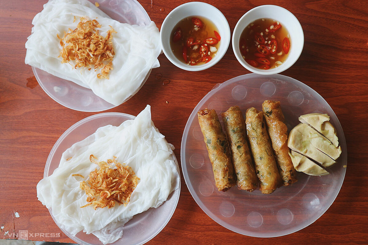 Two portions of banh muot ram cost VND45,000VND. The savory delicacy is sold from 6.30 a.m to 9 a.m. every day.