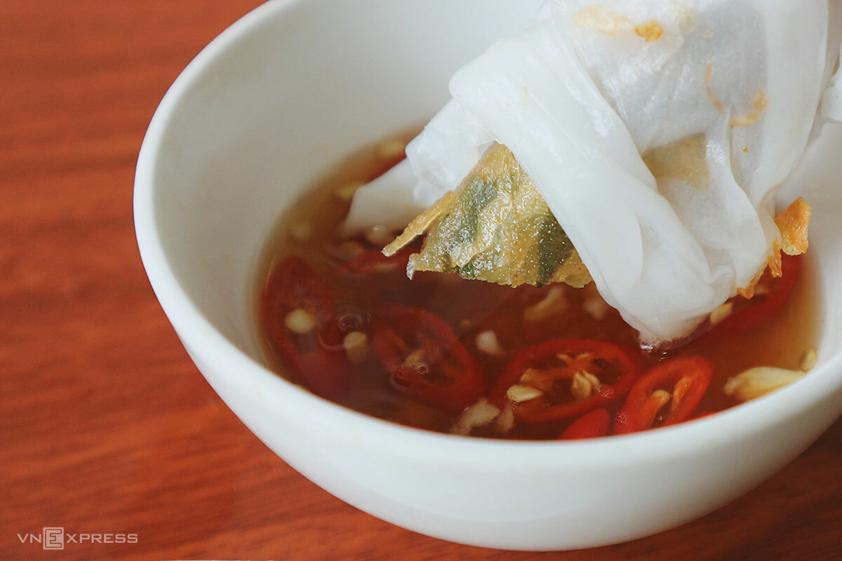 Banh muot ram should be enjoyed while still warm and crispy since it hardens as it cools down.