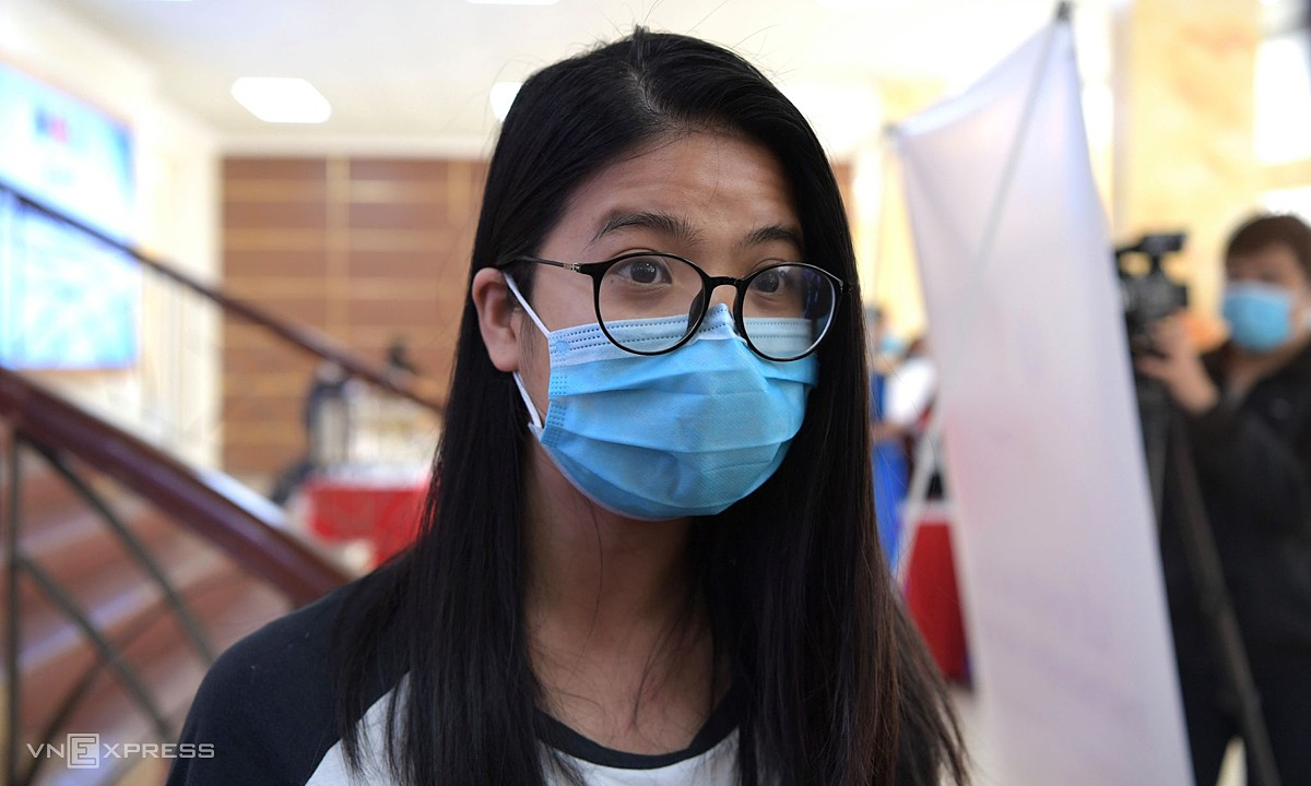 Minh Anh, 25, arrives at Vietnam Military Medical University in Hanoi to sign up for the human trial of a Vietnamese Covid-19 vaccine, December 10, 2020. Photo by VnExpress/Chi Le.