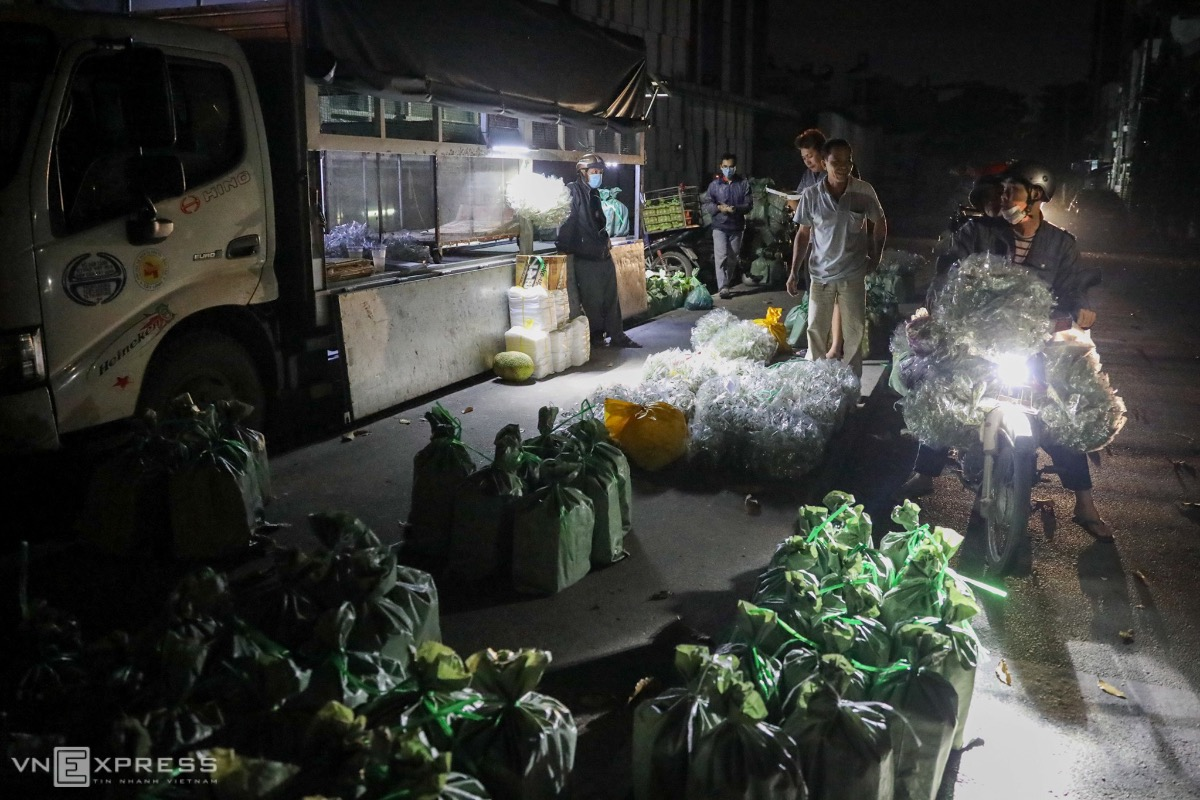 At around 4 a.m trucks carrying crickets, grasshoppers, worms, larvae, and various other insects come from HCMC's suburban Hoc Mon and Cu Chi Districts and Tay Ninh Province to deliver them to wholesale dealers at the market. The latter will sell them in turn to retailers and livestock and pet feed sellers.