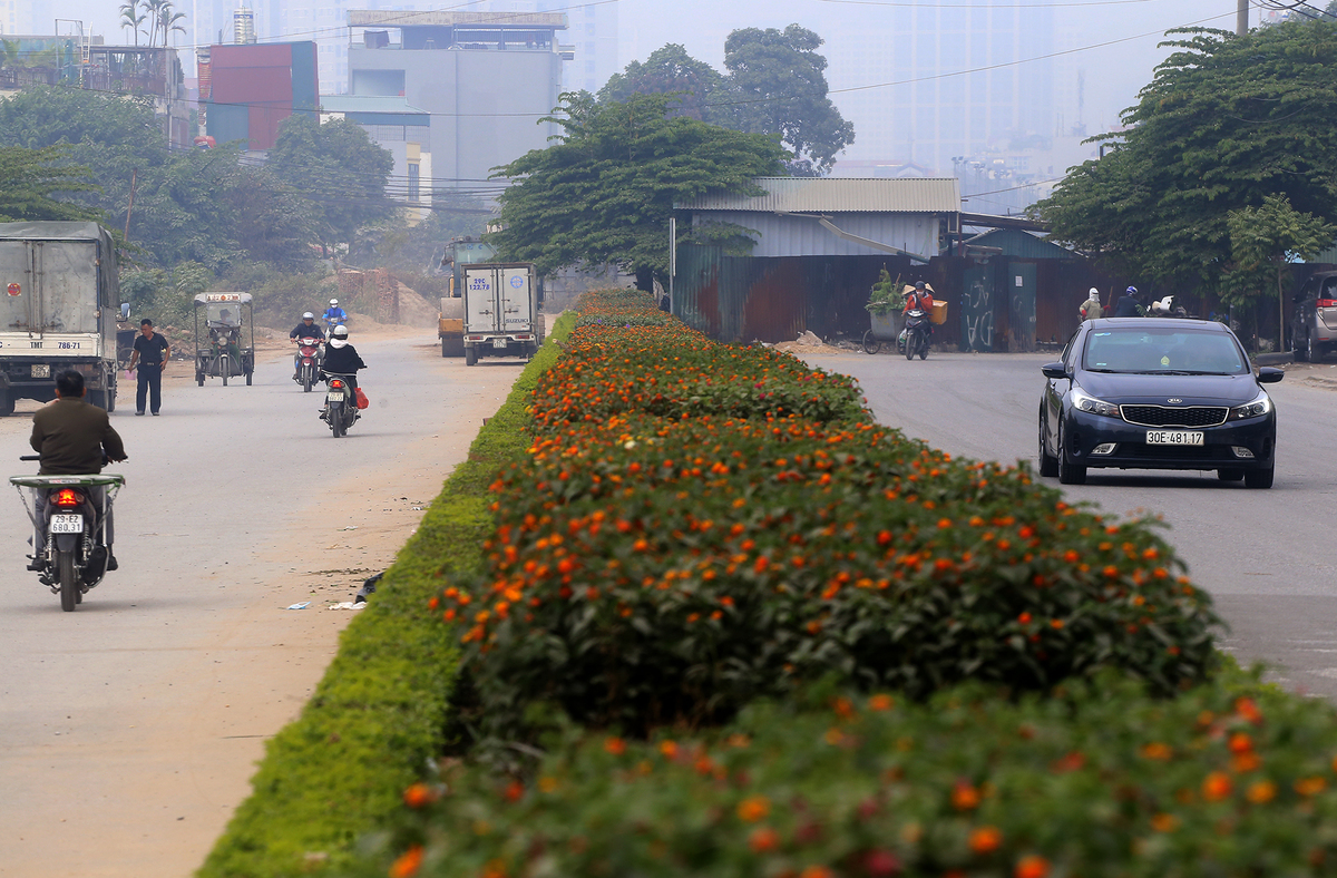 18 years on, a two-km Hanoi road has gotten nowhere