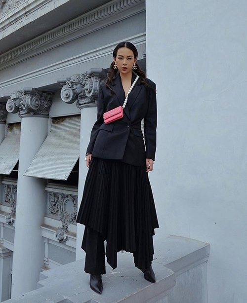 Loose fit blazers have been a trend among many celebs, including model Phi Phuong Anh due to their versatility in mixing and matching with numerous winter fashion items.