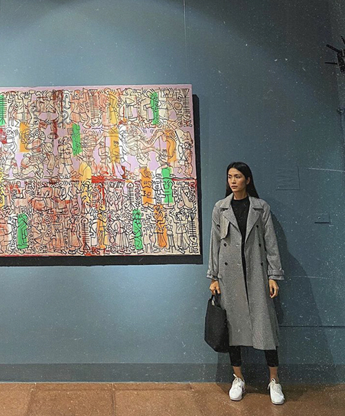 Actress Tang Thanh Ha takes part in a fine art exhibition in Hanoi, keeping it simple in a thin overcoat for a minimalist look.