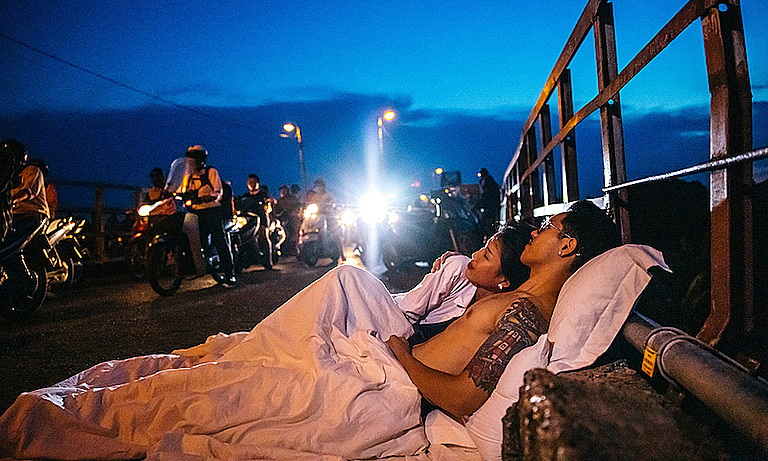 The couple on Long Bien Bridge during rush hour on September 16, 2020. Photo courtesy of Le Cao Hai.