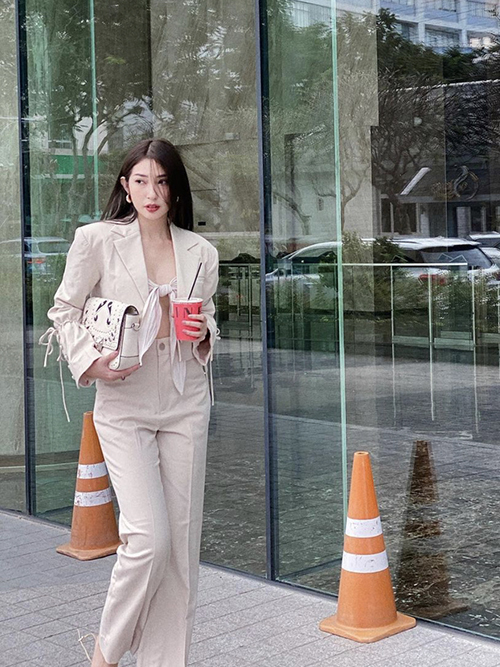 Singer Khong Tu Quynh nails the neutral color look with her modern street style, complete with an inner tie-front top.