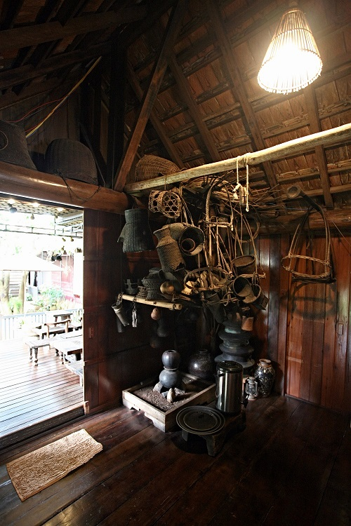 The kitchen is fully equipped with utensils and appliances. With the exception of the kitchen, the house still preserves traditional Central Highlands decorative items like brocade tapestries, woven baskets, cauldrons, and ceramic jars.