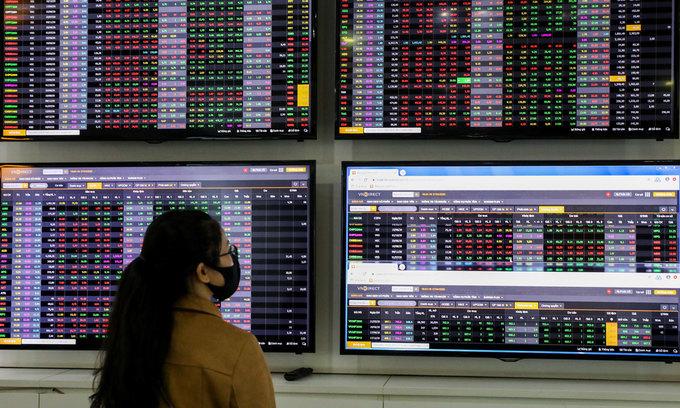 VN-Index slips, bank stocks among bigger losers
