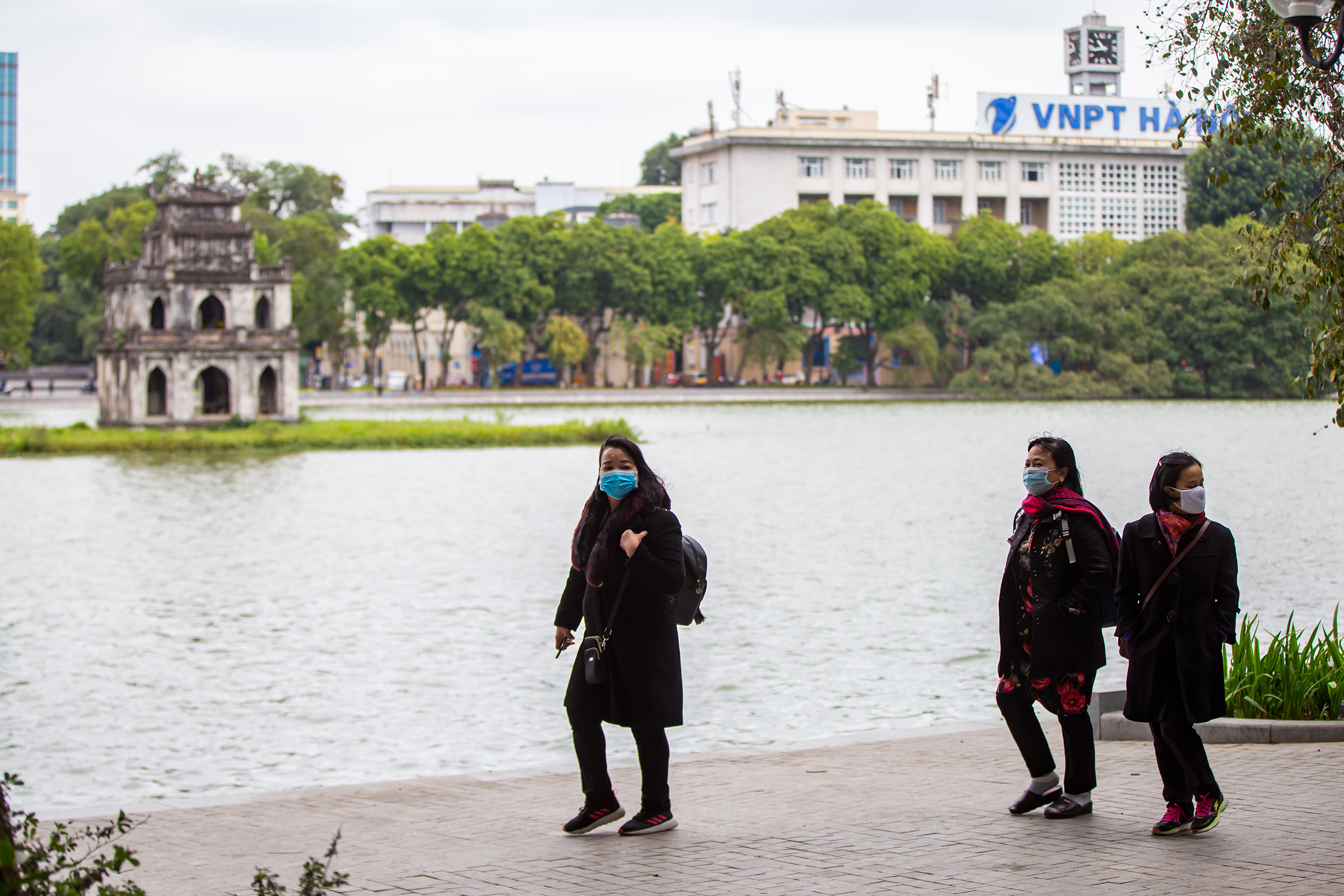 Hanoians try to stay warm as mercury falls to 12 degrees Celsius