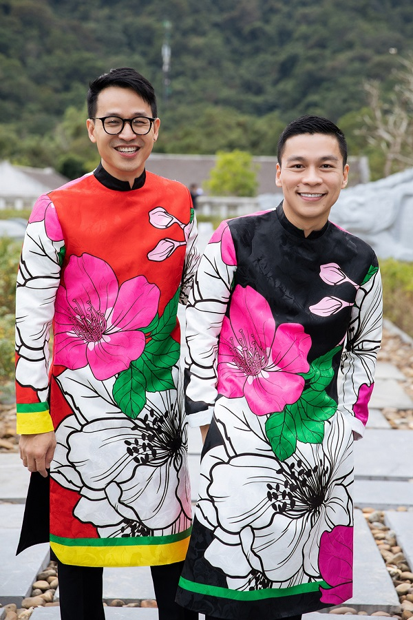Designer Adrian Anh Tuan collaborated with his partner-for-life Son Doan for their new collection. It consists of nearly 100 designs in bright vivid colors, mostly red for the festive atmosphere of holidays and Lunar New Year and made of winter fabrics such as Bao Loc silk, chiffon, brocade and tweed,...