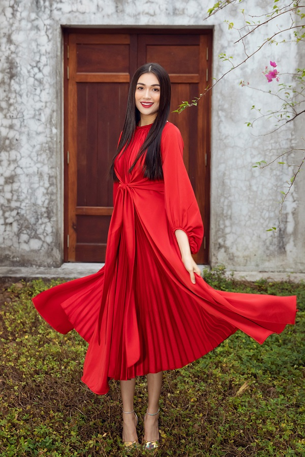 Second runner-up in Miss Universe 2015 Le Hang is trendy in a solid red pleated midi dress.