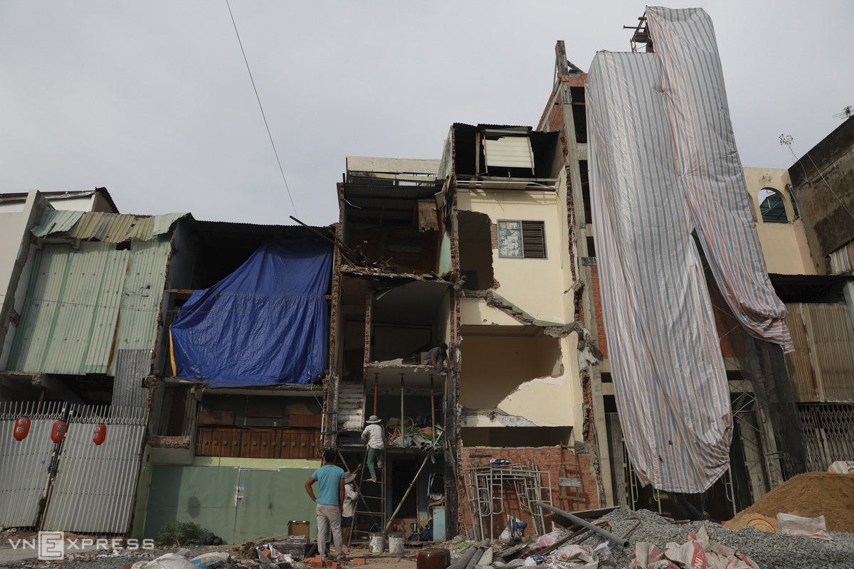 For the past three months, 70 houses along the two sides of Bui Dinh Tuy Street have taken turn to be demolished to give space for enlarging a section of 225 meters of the street. After the expansion, the section will be widened to 12 meters instead of 4-5 meters as currently. The total compensation for affected families has been estimated at VND180 billion ($7.75 million).
