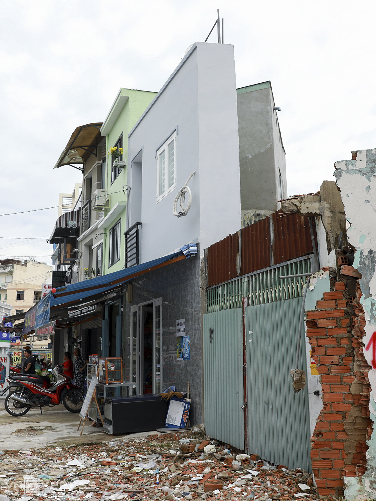 After the demolition, several residents have rebuilt their houses, with some accepting to live in houses that are much thinner than a normal one.The expansion project is to ease traffic jam on a narrow section of Bui Dinh Tuy that usually receives lots of vehicles.