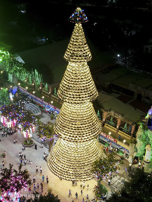 The Christmas tree of five layers has been on display since last week at Ha Phat Church in the town of Bien Hoa of Dong Nai, a neighbor of Ho Chi Minh City. We see that the idea of making a pine tree from conical hats has a strong traditional culture. All parishioners are proud of this tree, said Nguyen Van Han, head of the parishioner delegation.