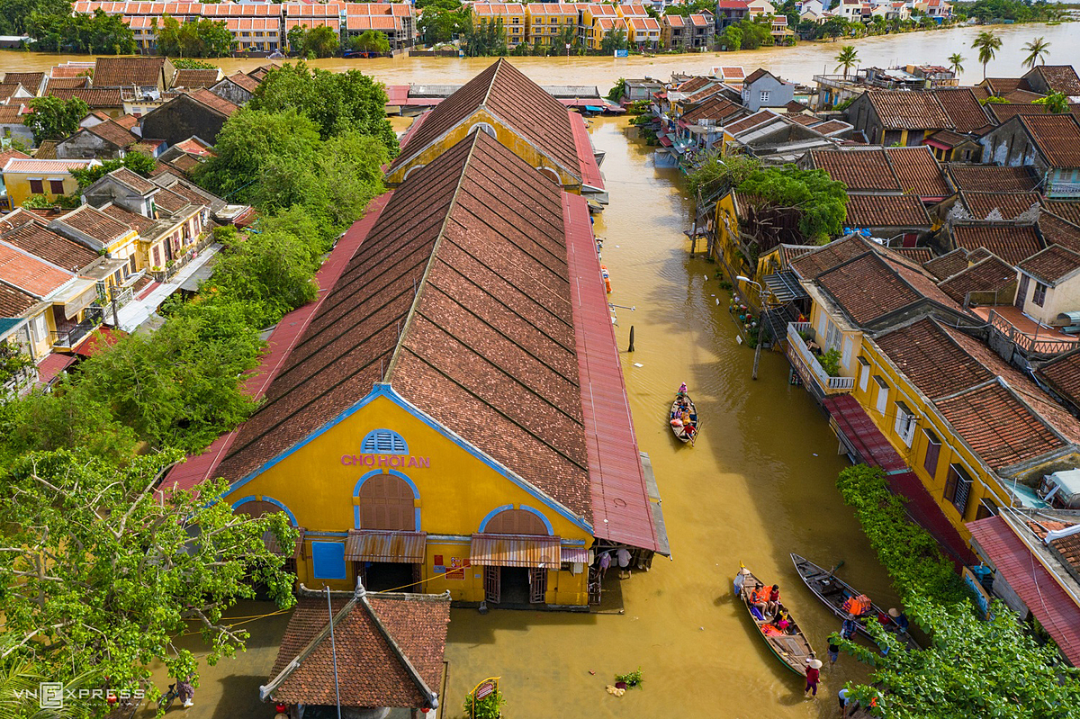 Tourists row their boats near Hoi An Market at the intersection of Tran Phu and Tran Quy Cap streets on October 12 following deluge. Photo by VnExpress.