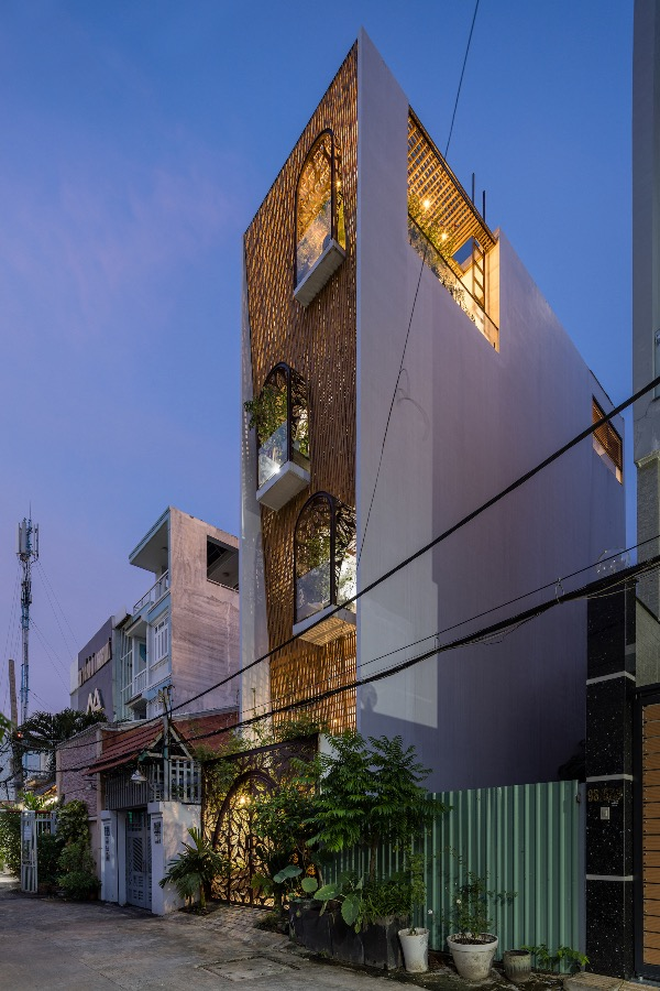 After dusk, light from the house shines through the gaps between the bamboo trunks, making it look like a lantern.
