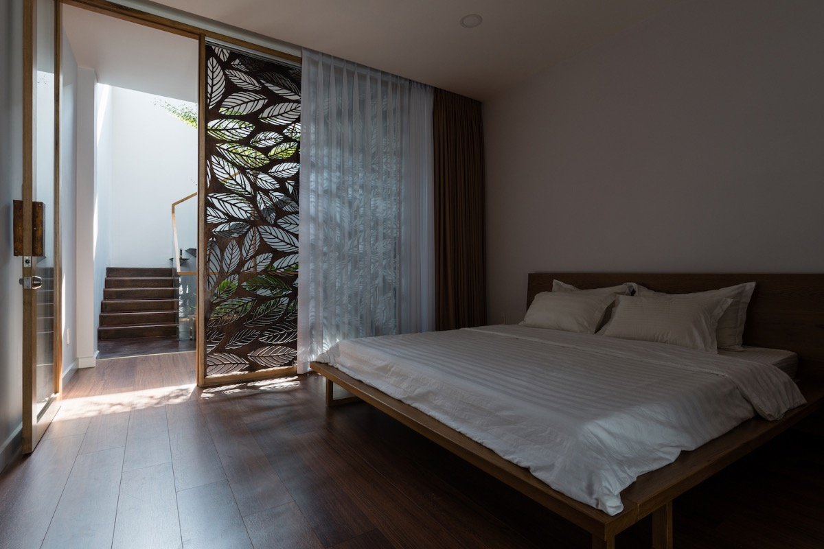 In the bedroom, walls are replaced by a stylized version of the traditional wind screen.