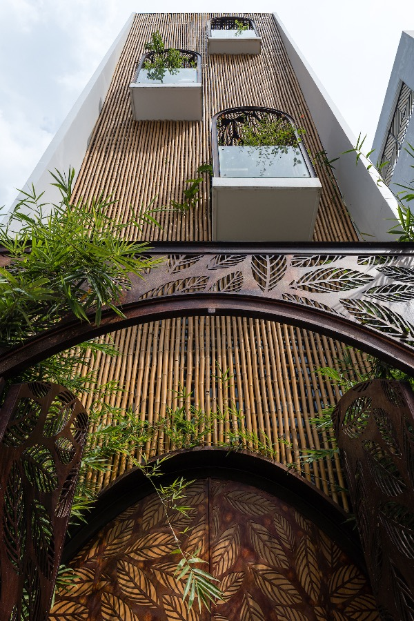 The bamboo facade protects the house from the West sunlight and creates lighting effects.