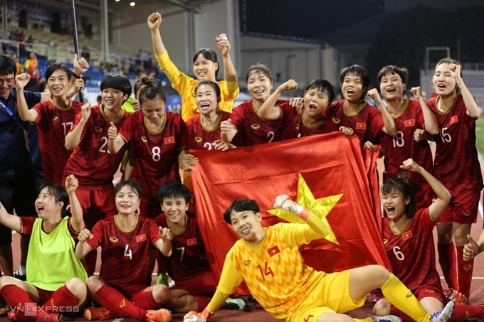 Vietnam womens football team celebrate their gold medal victory at SEA Games 30 on December 8, 2019. Photo by VnExpress/Lam Thoa.