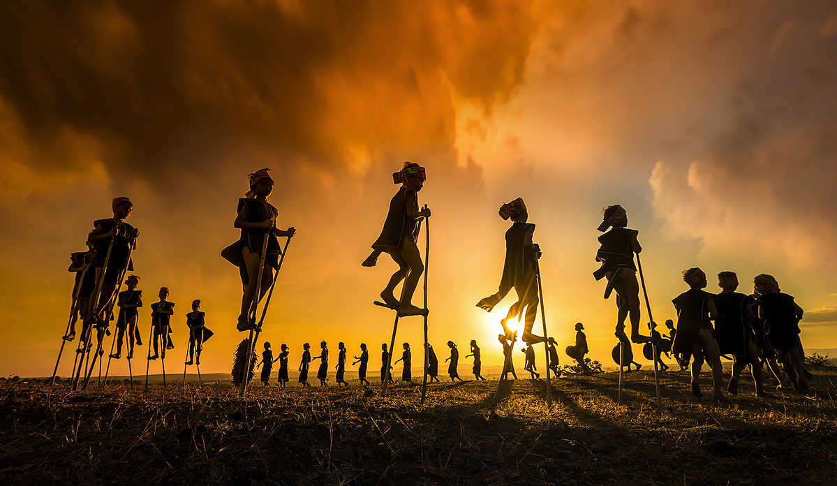The photo taken by Phan Thi Khanh captures children playing during a traditional festival in Gia Lai Province. Photo courtesy of LightsFlare Photography Awards.