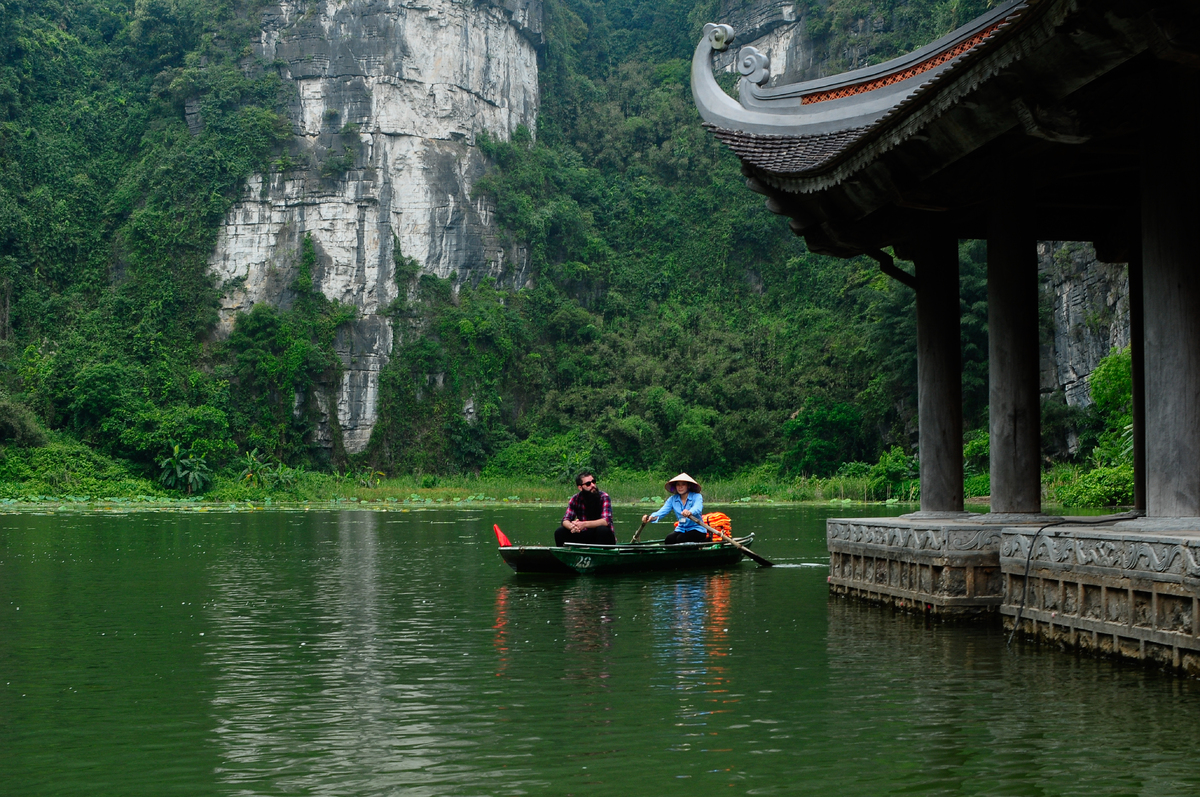 Director Jordan Vogt-Roberts in Ninh Binh Province. Photo by VnExpress/Vu Duc Phuong.