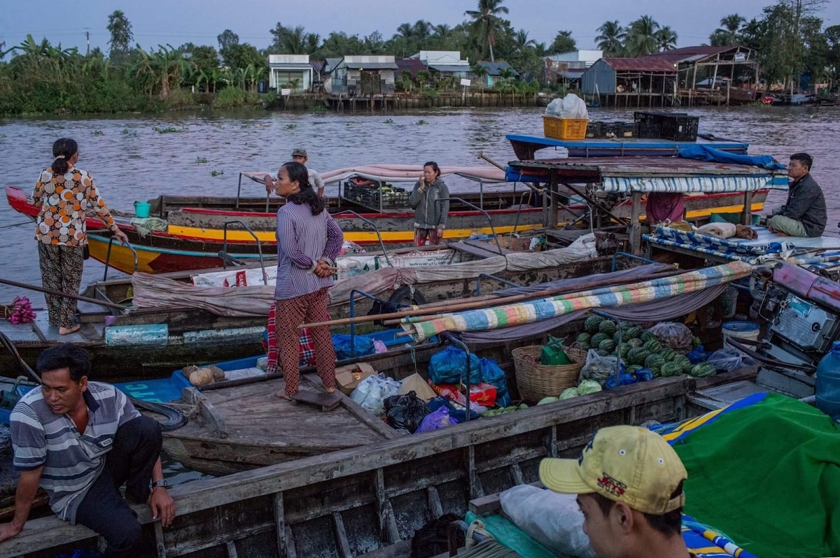 The floating market at its busiest time of the day. Photo by VnExpress/Thanh Nguyen.